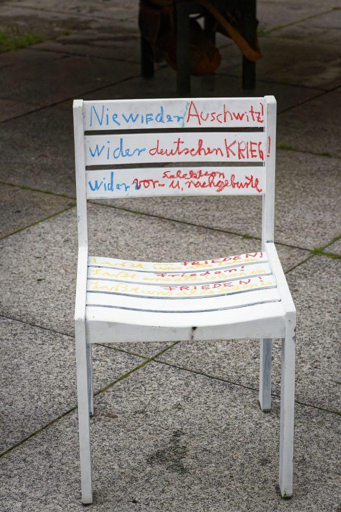 Bis zum Hiroshimatag im August werden 50 Stühle künstlerisch gestaltet